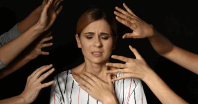 Eine Frau die hyperventiliert und sich mit einer Hand an den Hals fasst